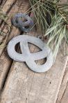 Antik Cink Akasztható Perec - 7,5 cm.